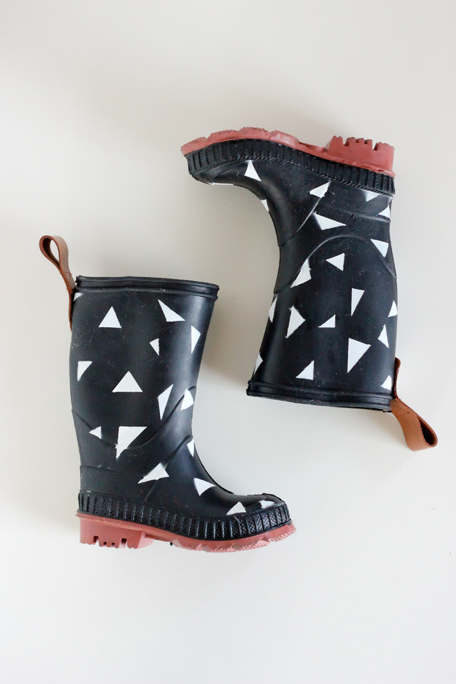 "Spray-paint your boring rain boots and <a href=""http://www.deliacreates.com/spray-painted-rain-boots/"" target=""_blank"">make"