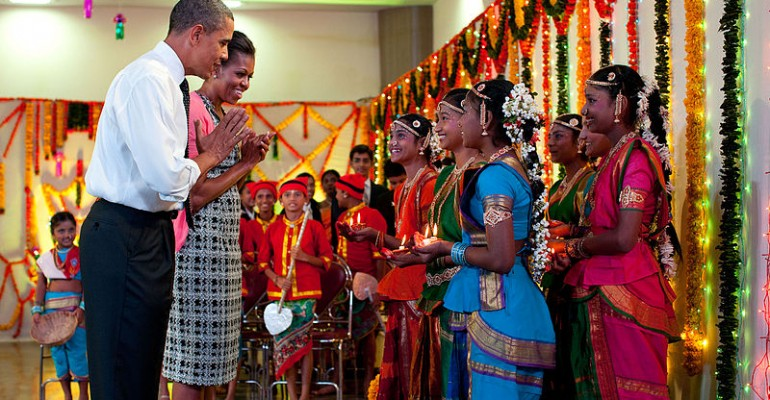 Barack_and_Michelle_Obama_greet_young_Indian_dancers